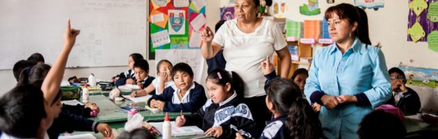 Docentes y estudiantes de la escuela peruana