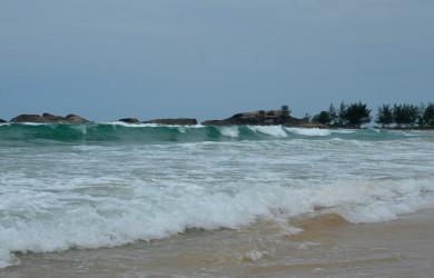 Praia brasileira com mar revolto